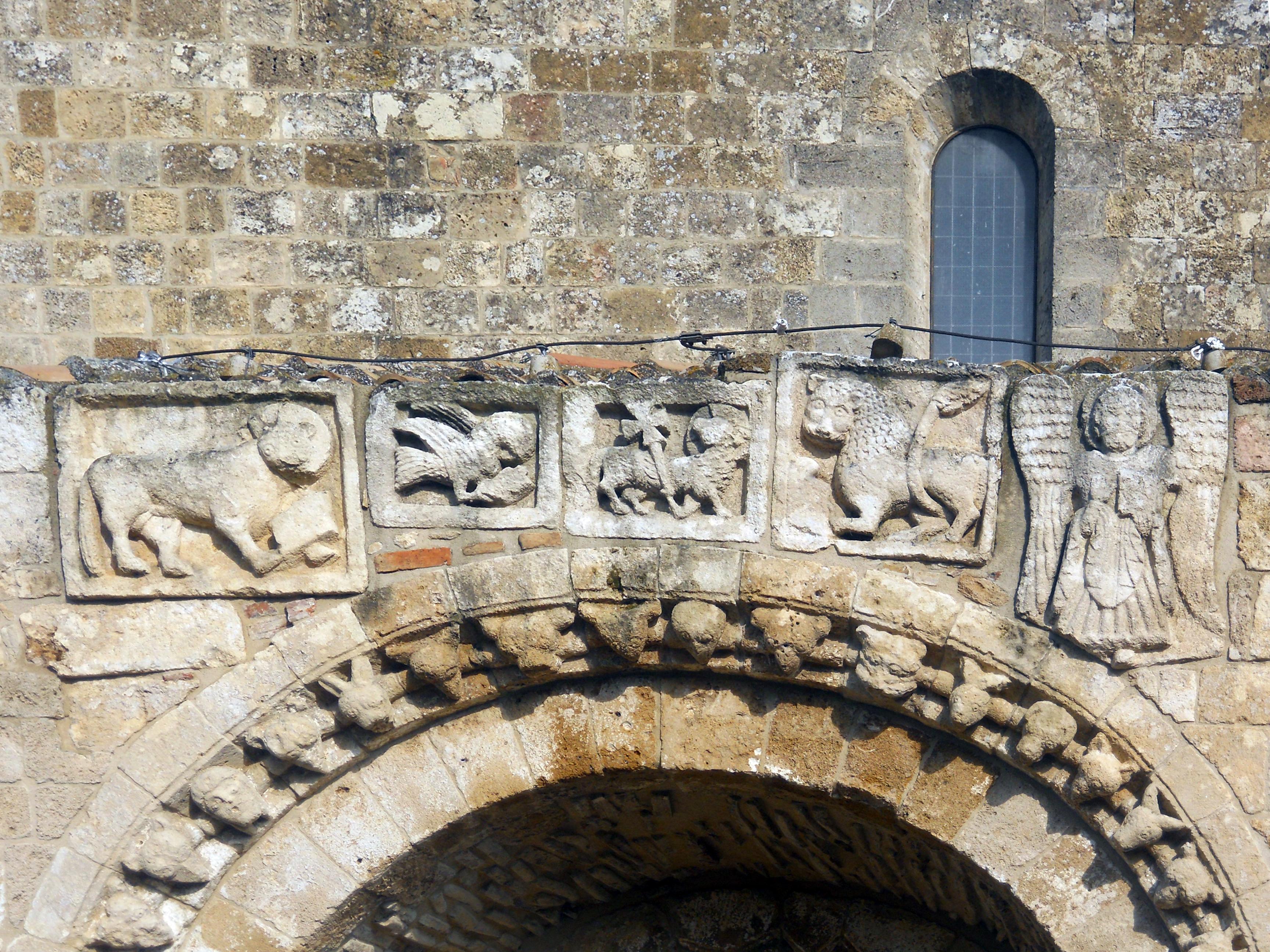 Particolare decorativo del portale Ingresso Cattedrale Anglona
